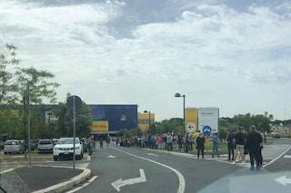 Tutti all'Ikea nel giorno della riapertura: fila chilometrica allo store dell'Anagnina