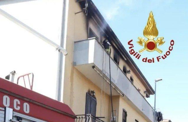 Le operazioni di spegnimento dell'incendio alla Borghesiana