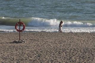Bimba rischia di soffocare mangiando del pane: la salvano i volontari della spiaggia di Fiumicino