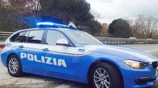 Roma, si travestono da poliziotti, fermano un commerciante per un controllo e lo rapinano