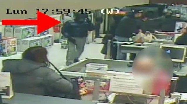 Una delle rapine al supermercato (Frame dal video della Polizia di Stato)