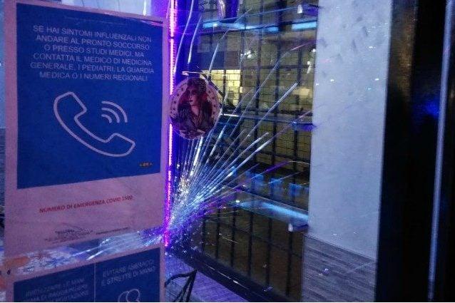 La vetrata rotta del bar sulla Palmiro Togliatti