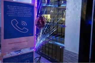 Danneggia la vetrata di un bar: denunciati un 28enne e sua madre intervenuta per difenderlo