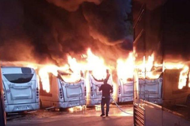 Gli autobus in fiamme al deposito Atac di Magliana – Foto Facebook Micaela Quintavalle