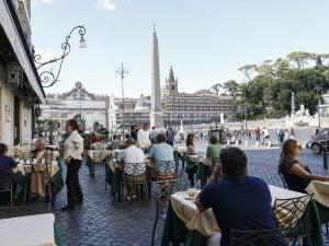 Tavolini in piazza a Roma