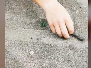 Chiodi e vetri trovati sulla sabbia della spiaggia libera di Ostia