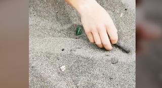 Paura a Ostia: vetri di bottiglia e chiodi arrugginiti posizionati sotto la sabbia sulla spiaggia