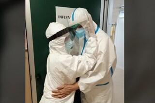 Chiude il reparto Covid a Latina, dimesso l'ultimo paziente: l'abbraccio tra i sanitari