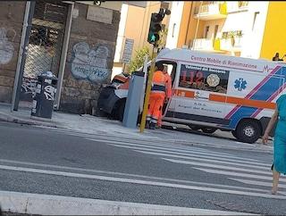 Conca D'Oro, ambulanza centra in pieno un'auto e si schianta contro il muro: ferita una donna
