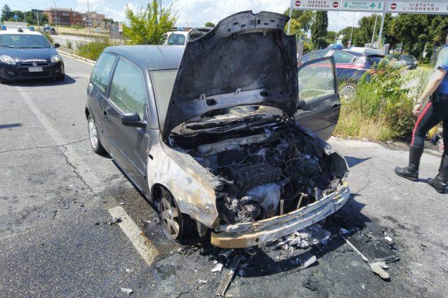 L'auto andata a fuoco