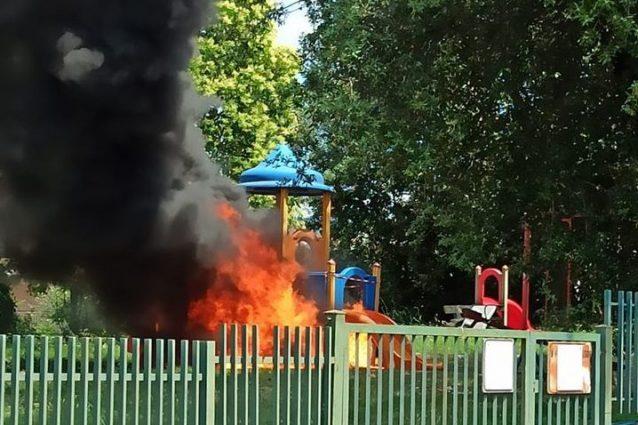 Vandalizzati due parchi pubblici di Marino: incendiati i giochi per i bimbi