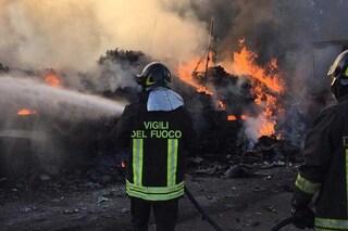 Tir carico di balle di fieno in fiamme sull'A12 Roma-Civitavecchia: traffico in tilt