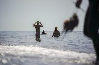 Ladispoli, giovane rischia di annegare in mare: viene salvato ma si sente male in spiaggia