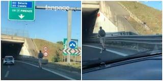Roma, pericolo sul Grande Raccordo Anulare: ragazzo sfreccia in monopattino tra le auto