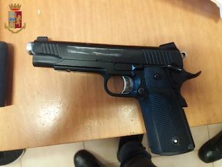 Rapinato e aggredito al distributore dove spararono a Bortuzzo: caccia all'uomo per le vie dell'Axa