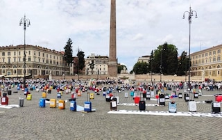Gli operatori del turismo in piazza a Roma, il flash mob con le valigie abbandonate