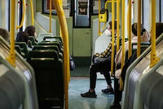 Si rifiuta di mettere la mascherina in tram a Roma: multato e denunciato