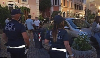 Vigili a caccia di assembramenti nella movida di Trastevere: controlli e multe