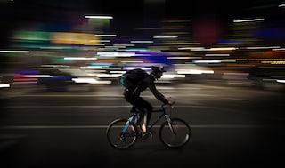 Corso Francia, ubriaco in sella alla bici passa col rosso e inveisce contro gli agenti: arrestato