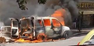 Casal Bruciato, furgone in fiamme in via Diego Angeli: il mezzo devastato dal rogo
