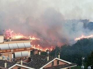 Incendio tra Fidene e Serpentara, collina devastata dalle fiamme: il rogo va avanti da ore