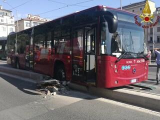 Incidente in via Labicana, scontro tra bus, tram ed auto: ferito autista Atac