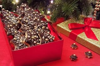 La ricetta dei biscotti di Natale con glassa al cioccolato: un'idea regalo