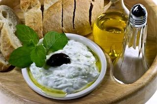 Salsa tzatziki: la ricetta originale greca e le varianti per l'insalata