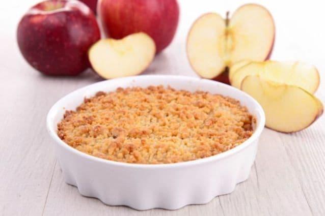 Come preparare il crumble di mele, dolce tipico inglese, e le sue varianti