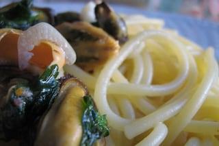 Spaghetti con le cozze: la ricetta del primo piatto veloce e leggero