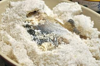 Branzino al sale: la ricetta per fare la spigola in crosta di sale