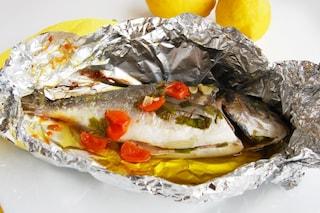 Orata al cartoccio: la ricetta del secondo piatto leggero e veloce