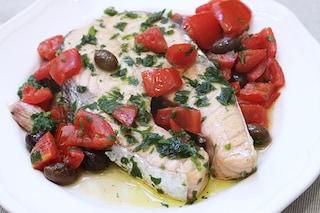 Salmone in padella con pomodorini e olive: ricetta