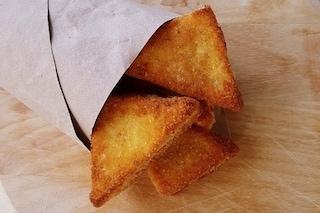 Mozzarella in carrozza: la ricetta sfiziosa, filante e croccante