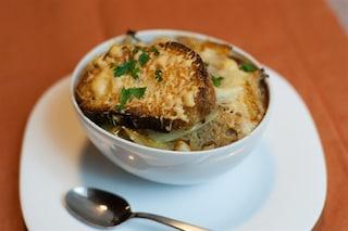 Zuppa di cipolle: la ricetta e le varianti