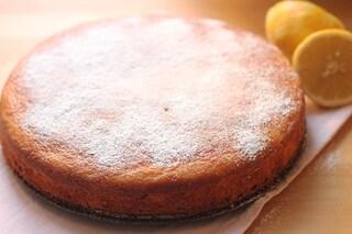 Torta con yogurt al limone 7 vasetti: la ricetta semplice per farla soffice e senza burro