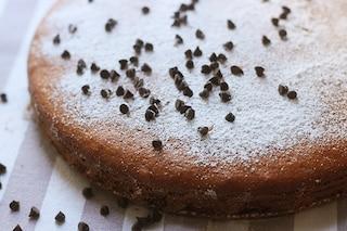 Torta soffice con gocce di cioccolato: ricetta semplice e veloce da fare a casa