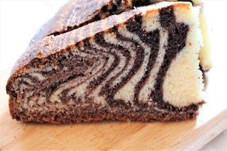 Torta variegata al cioccolato: la ricetta del dolce morbido, goloso e bicolore