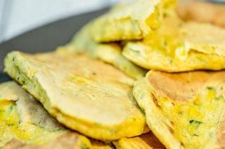 Pancake alle zucchine: la ricetta dei pancake salati facile e veloce