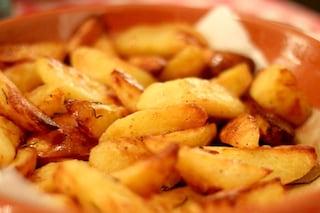 Patate al forno croccanti: la ricetta e i trucchi per prepararle senza errori