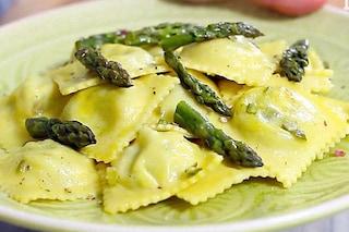 Ravioli agli asparagi: la ricetta del primo piatto con ripieno di asparagi