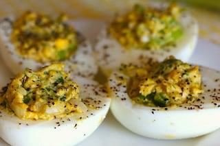 Uova ripiene di tonno: la ricetta dell'antipasto facile da preparare
