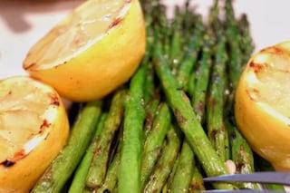 Asparagi al forno gratinati: ricetta di un contorno leggero