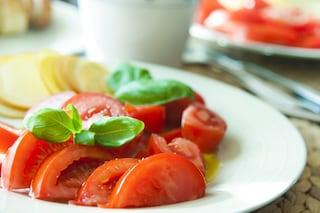Insalata di pomodori: la ricetta della pietanza fredda perfetta per l'estate