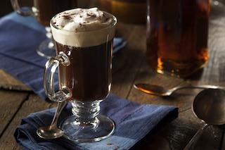 Irish coffee: la ricetta originale del cocktail al caffè irlandese