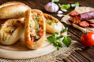 Baguette ripiena al forno: la ricetta dell'antipasto filante e gustoso