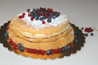 Naked cake ai frutti di bosco: la ricetta della torta per matrimoni e compleanni