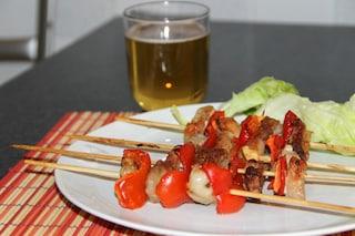 Spiedini di carne alla birra: la ricetta di un secondo piatto facile e saporito