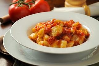 Gnocchi di patate al ragù: la ricetta del primo piatto rustico ricco di sapore