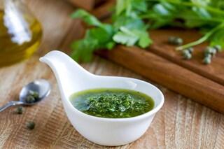 Salsa verde: la ricetta del condimento per pesce e bollito di carne